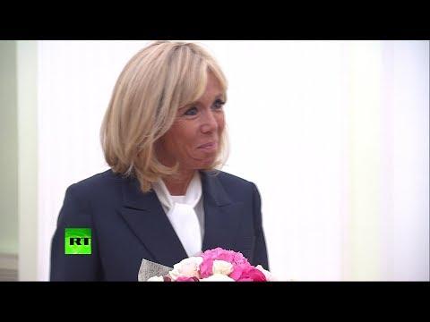 Пионы и розы для первой леди Франции: Путин подарил букет Брижит Макрон - DomaVideo.Ru