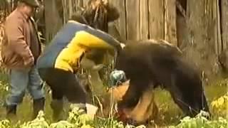 Надя решила покормить медведя