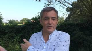 Herman Finkers feliciteert Youp met VSCD-oeuvreprijs