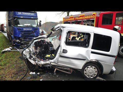 Gegen Sattelzug: Frau stirbt bei Unfall