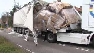 Vrachtwagen scheurt open onder viaduct Harlingen