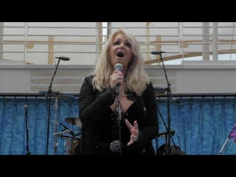 Η θρυλική Μπόνι Τάιλερ τραγούδησε για την έκλειψη