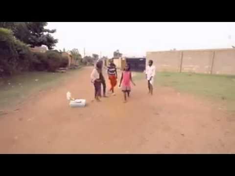 nino africano - Niños demostrando baile Africano descalzos!
