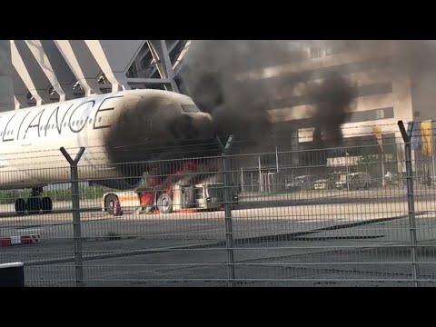 Frankfurter Flughafen: Schlepper steckt Flugzeug in Brand