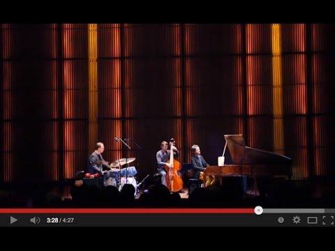plays Bach. >Live at Muziekgebouw aan