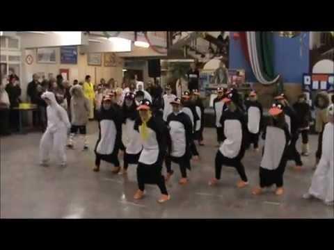 Pingvinek tánca. Farsang, az egri Balassi Bálint általános iskolában 2012.