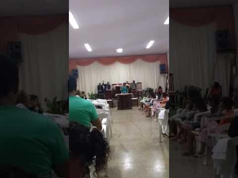 Ivonete Santana cantando na igreja assembléia de Deus de Glória D'Oeste MT