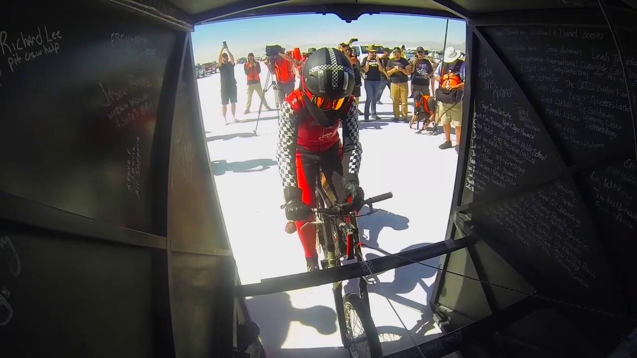 Американка розігналась на велосипеді на рекордну швидкість (відео)