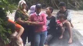 Download Video 8 WISATAWAN TERJEBAK AIR BAH SUNGAI PANDAN MOJOKERTO MP3 3GP MP4