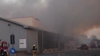 Video Brandweer massaal naar extreem grote brand veerplaat Dordrecht bij bedrijf Peute Papierrecycling! MP3, 3GP, MP4, WEBM, AVI, FLV Mei 2019