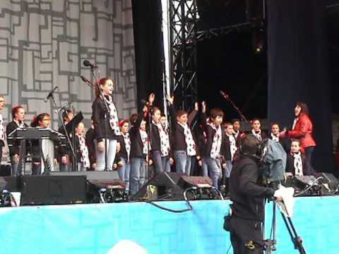 Dondi choir - Coastal Sound Children's Choir sings Do Re Me at the 2010 LiveCity Yaletown site on Feb. 13, 2010. Choir conducted by Diana Clark and accompanied by Barry Ya...