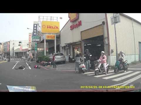 單車女闖紅燈被機車撞飛 好好等紅綠燈有困難?