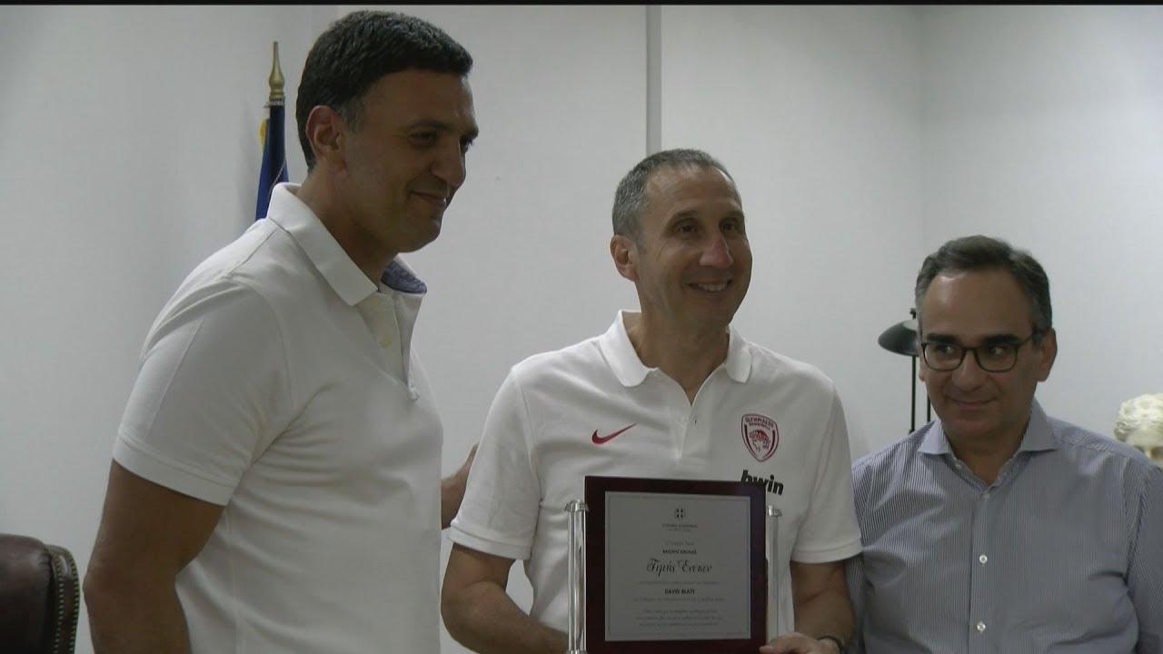 Συνάντηση του Βασίλη Κικίλια με τον προπονητή της ομάδας μπάσκετ του Ολυμπιακού, Ντέιβιντ  Μπλατ