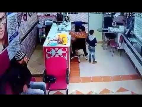 العرب اليوم - شاهد: لحظة سرقة هاتف من حقيبة بائعة بطريقة ماكرة