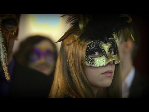 Szczególne podziękowania dla Pana Stanisława Peszko za udostępnienie sali balowej w Hotelu Łańcut.http://www.hotel-lancut.plTrwa karnawał, bal maskowy, większość osób jest ubrana w drogie stroje i piękne maski, ma to symboliczne znaczenie. Główny bohat