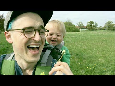 這個第一次看到蒲公英的小男童,提醒了我們,其實快樂可以很單純…