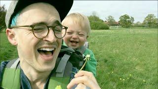 Facet po prostu chciał zdmuchnąć dmuchawca! Wtedy jego synek wybucha niezwykłym śmiechem!