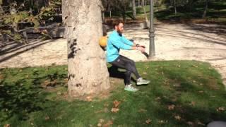 Sentadilla rodando balón con la espalda sobre una pierna