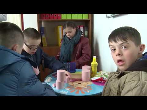 Edhe fëmijët e Ferizajt me sindrom doën  i bashkohen marshit për gjithëpërfshje në Prishtinë 21 03 2 (видео)