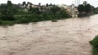 As Rajasthan and Gujarat are battling incessant rains, flood-like situations have arisen in various regions of both the states. Houses are being submerged under the rainwater, and the people are distressed because of the waterlogged streets.Subscribe to Times Of India's Youtube channel here: http://goo.gl/WgIatuAlso Subscribe to Bombay Times Youtube Channel here: http://goo.gl/AdXcgUSocial Media Links: Facebook : https://www.facebook.com/TimesofIndiaTwitter : https://twitter.com/timesofindiaGoogle + : https://plus.google.com/u/0/+timesindia/posts