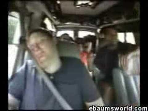¡Susto en el coche! Mientras duerme plácidamente.