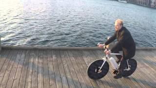 太陽光パネルで発電し電動アシストする自転車「Solar Bike」