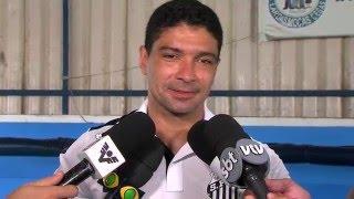 O volante do Santos Futebol Clube, Renato, esteve hoje no Lar das Moças cegas em Santos. A instituição ajuda pessoas com...