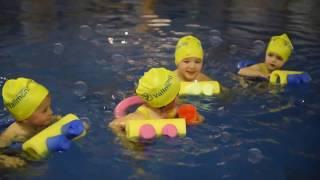 2 AÑOS A Disfrutando en la piscina. INICIACIÓN NATACIÓN