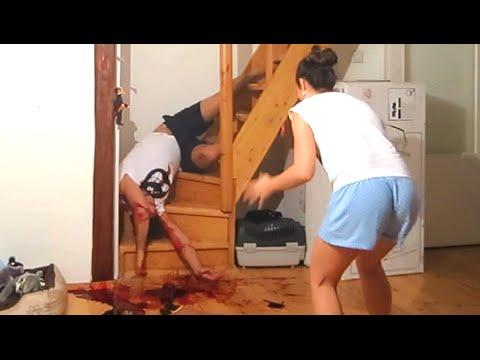 為了報仇,他假裝由樓梯滾下來並血流披臉,嚇得他女朋友花容失色…