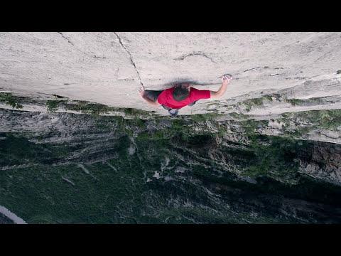 Alex Honnold escalando sin seguridad El sendero luminoso en Monterey, Mexico