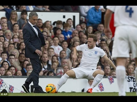 José Mourinho Invaded Onto The Pitch and Tackled Olly Murs_England Vs World XI 2014 (видео)