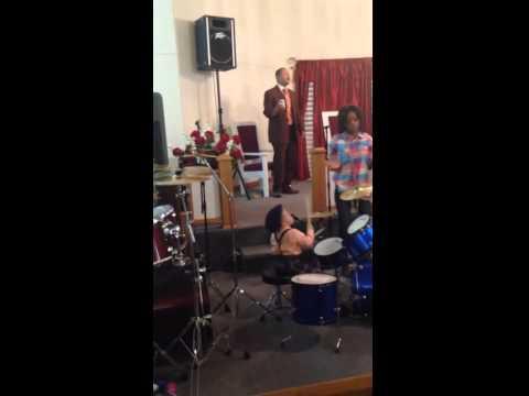 YouTube: este niño de 2 años es un genio con la batería