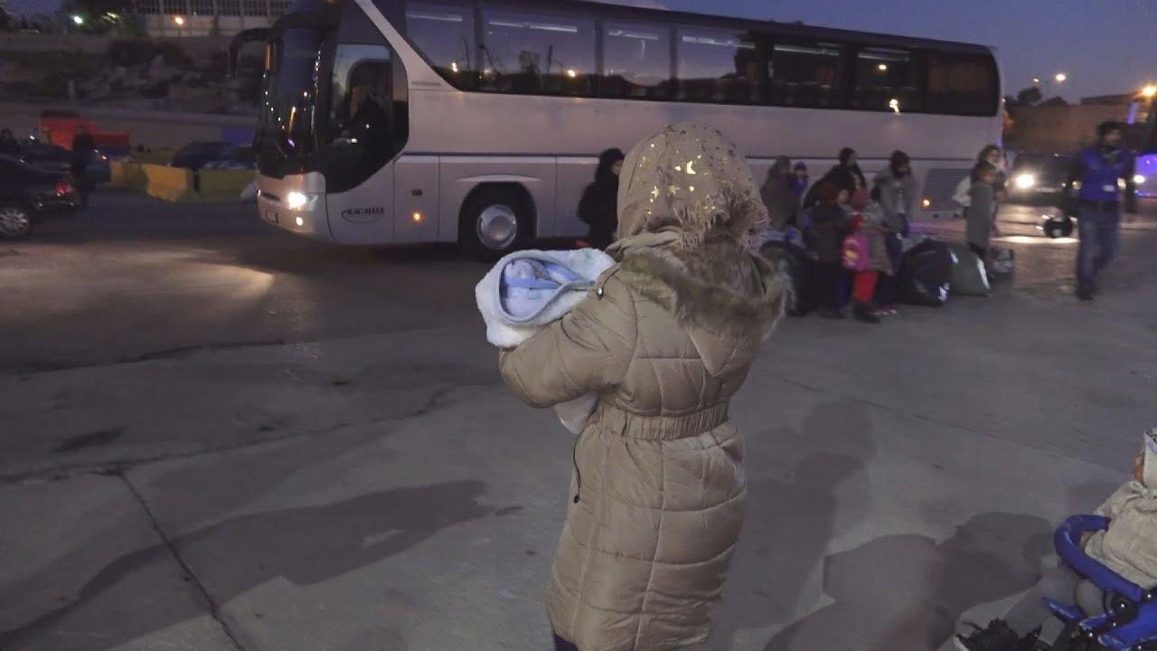 Μετανάστες και πρόσφυγες από τη Λέσβο μεταφέρονται στον Πειραιά