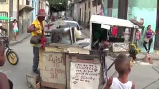 Músico callejero cubano versiona Bailando y cobra a su público