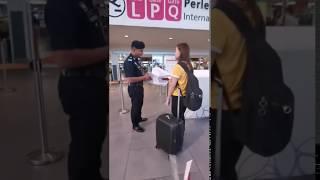 Dziewczyna rozwaliła system na lotnisku. Koleżanka miała ubaw po pachy :D