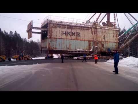 Движение шагающего экскаватора весом более 700 тонн по дороге в Свердловской области