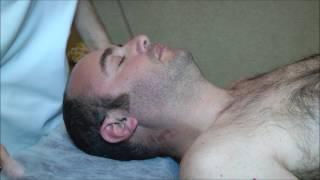 אוסטיאופת מדגים טכניקות עבור כאבי ראש וצוואר