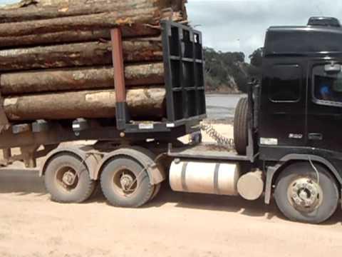 Volvo 520 carregado de toras