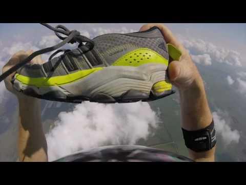 Laskuvarjohyppääjä jahtaa tipahtanutta kenkäänsä taivaalla