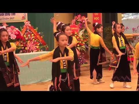 Trường Trung học cơ sở Nà Sáy đón nhận cờ  thi đua xuất sắc của UBND tỉnh