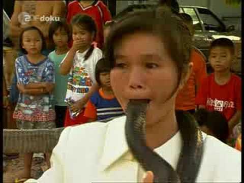 Rợn tóc gáy với cô gái cho rắn sống vào miệng