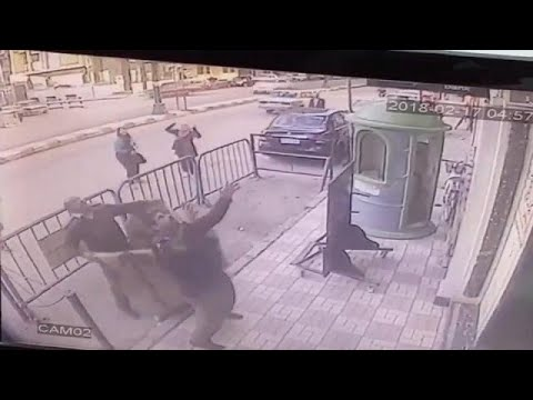العرب اليوم - شاهد: طفل مصري ينجو بأعجوبة بعد سقوطه من الطابق الثالث في أسيوط