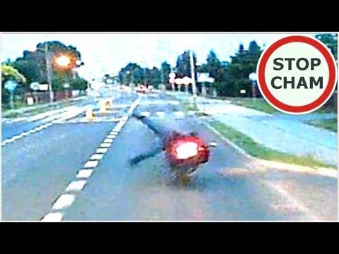 Skasował motocykl, bo wyprzedzał przed wysepką. Nagranie z Radomia