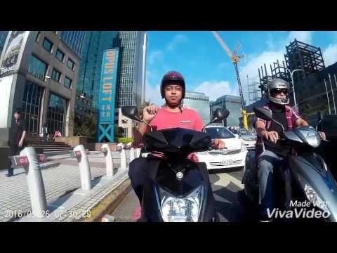 紅衣大哥在停等交通燈時發現眼前有攝影鏡頭,下一秒他居然偷偷地做了讓車主都急著分享的表情!