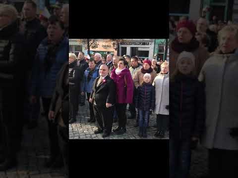 Wideo1: Wspólne odśpiewanie hymnu na Rynku w Lesznie