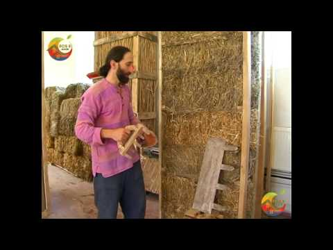 Нанесение глиняной штукатурки на соломенную панель