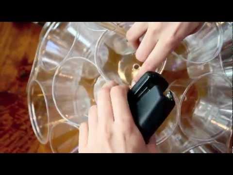 這名男子用杯子跟釘書機就做出了光彩奪目派對燈!超簡單的DIY步驟每一個人都可以輕易上手!