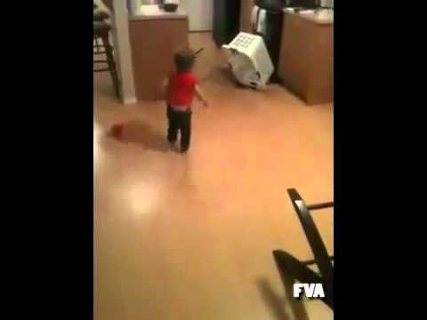 爸爸表演怎麼使用傳統的陷阱抓自己的小孩…
