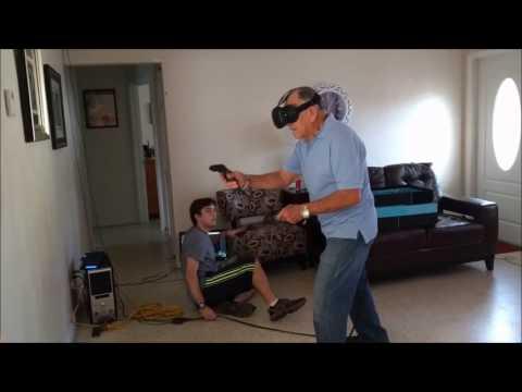 這位老爺爺第一次走入VR虛擬實境的世界,看到迎面而來的『殭屍他不用槍而是…』把全家人都嚇壞了!