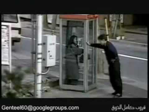 男子居然朝著電話亭放屁,還抵住門不讓女生出來!?